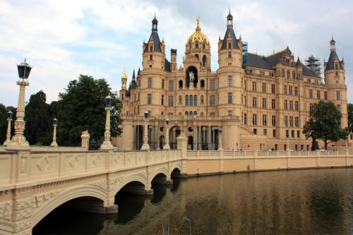 Schweriner Schloss mit Brücke zur Schlossinsel. Foto: Martin Schuster